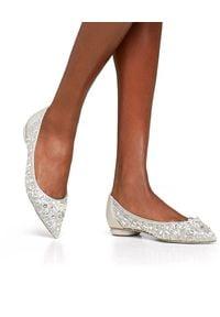 RENE CAOVILLA - Baleriny z kryształkami Cinderella. Nosek buta: okrągły. Kolor: szary. Materiał: koronka. Wzór: aplikacja, koronka. Obcas: na obcasie. Wysokość obcasa: średni