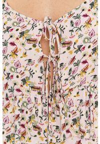 Pepe Jeans - Individousa. Okazja: na co dzień. Kolor: różowy. Materiał: tkanina. Długość rękawa: na ramiączkach. Typ sukienki: proste. Styl: casual