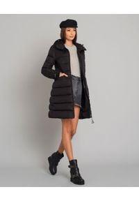 MONCLER - Czarny płaszcz puchowy Betulong. Kolor: czarny. Materiał: puch. Długość rękawa: długi rękaw. Długość: długie. Wzór: aplikacja. Sezon: zima, jesień. Styl: klasyczny #6