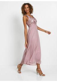 Sukienka szyfonowa z cekinami bonprix różowobrązowy. Okazja: na wesele, na ślub cywilny. Typ kołnierza: dekolt gorset. Kolor: różowy. Materiał: szyfon, koronka. Wzór: koronka. Typ sukienki: gorsetowe. Styl: elegancki