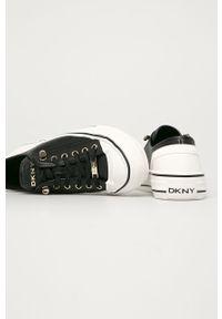 Czarne tenisówki DKNY na obcasie, na średnim obcasie, na sznurówki, z cholewką
