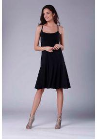 Nommo - Czarna Midi Sukienka na Ramiączkach z Falbanką. Kolor: czarny. Materiał: bawełna, poliester. Długość rękawa: na ramiączkach. Długość: midi