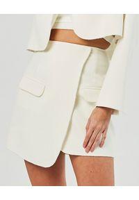 MARLU - Biała spódnica z zakładką Berno. Kolor: biały. Materiał: elastan, wiskoza, materiał. Długość: długie. Styl: elegancki