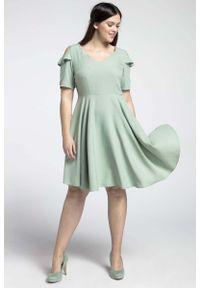 Nommo - Zielona Kobieca Rozkloszowana Sukienka z Wycięciem na Ramieniu PLUS SIZE. Kolekcja: plus size. Kolor: zielony. Materiał: wiskoza, poliester. Typ sukienki: dla puszystych