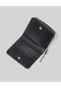 THE MARC JACOBS - Brązowy portfel Bold Mini Compact. Kolor: brązowy