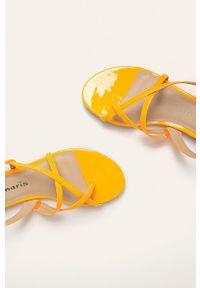 Pomarańczowe sandały Tamaris na klamry, bez obcasa