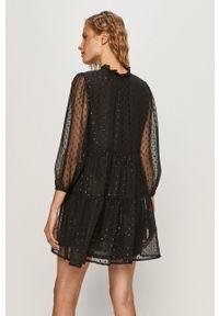 Jacqueline de Yong - Sukienka. Kolor: czarny. Materiał: tkanina, materiał. Wzór: gładki. Typ sukienki: rozkloszowane
