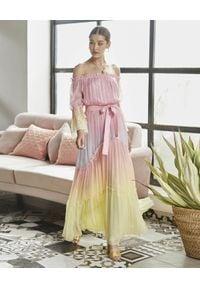 ROCOCO SAND - Pastelowa sukienka maxi. Typ kołnierza: kołnierz z falbankami. Kolor: niebieski. Materiał: materiał. Długość rękawa: długi rękaw. Długość: maxi