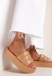 Renee - Camelowe Klapki Iphisvienne. Nosek buta: okrągły. Materiał: jeans. Wzór: gładki, aplikacja. Obcas: na platformie