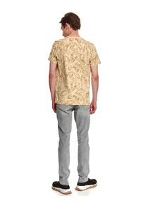TOP SECRET - T-shirt z nadrukowanym wzorem. Okazja: do pracy. Kolor: beżowy. Materiał: bawełna, tkanina. Długość rękawa: krótki rękaw. Długość: krótkie. Sezon: jesień #5