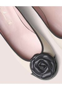 PRETTY BALLERINAS - Beżowe baleriny na obcasie Joanna. Okazja: do pracy. Kolor: czarny. Materiał: guma. Wzór: kwiaty. Obcas: na obcasie. Styl: elegancki. Wysokość obcasa: średni