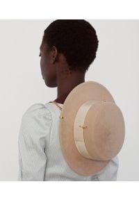RUSLAN BAGINSKIY - Beżowy kapelusz ze wstążką. Kolor: beżowy. Materiał: materiał. Wzór: aplikacja