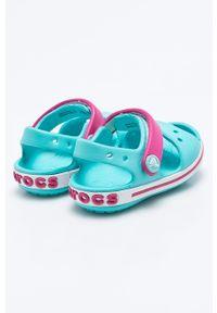Niebieskie sandały Crocs na obcasie, na średnim obcasie, na rzepy