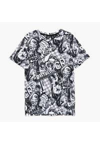 Cropp - Koszulka z nadrukiem all over - Biały. Kolor: biały. Wzór: nadruk