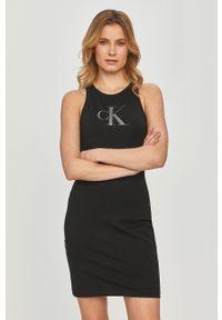 Calvin Klein Jeans - Sukienka. Kolor: czarny. Wzór: nadruk. Typ sukienki: dopasowane