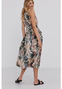 Answear Lab - Sukienka. Kolor: beżowy. Materiał: tkanina. Typ sukienki: rozkloszowane. Styl: wakacyjny