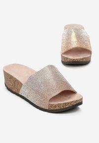 Born2be - Różowe Klapki Misypise. Okazja: na co dzień. Nosek buta: otwarty. Kolor: różowy. Obcas: na koturnie. Styl: casual