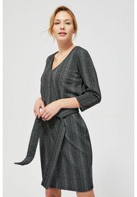 MOODO - Sukienka z wiązaniem w talii. Okazja: na co dzień. Materiał: poliester, elastan. Wzór: kwiaty. Typ sukienki: proste, ołówkowe. Styl: casual