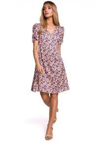 MOE - Trapezowa sukienka w kwiaty dekolt V marszczone rękawy. Materiał: tkanina, elastan. Wzór: kwiaty. Sezon: wiosna. Typ sukienki: trapezowe