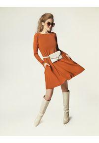 Madnezz - Sukienka Jackie Winter - karmel. Materiał: wiskoza, elastan. Sezon: zima. Typ sukienki: dopasowane. Styl: klasyczny, elegancki
