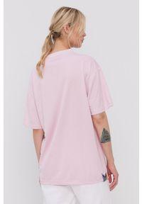 Reebok - T-shirt. Kolor: różowy. Materiał: włókno, dzianina, materiał. Wzór: nadruk