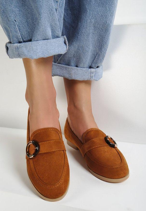 Renee - Camelowe Mokasyny Bobbie. Nosek buta: okrągły. Zapięcie: bez zapięcia. Materiał: materiał. Sezon: lato. Obcas: na obcasie. Wysokość obcasa: niski