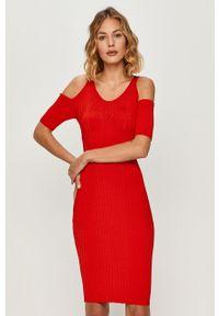 Czerwona sukienka Guess Jeans z okrągłym kołnierzem, mini