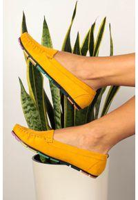 Casu - żółte mokasyny casu z elastyczną kolorową podeszwą rt20x5/y. Kolor: żółty. Wzór: kolorowy