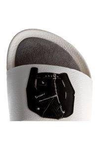 Białe klapki Carinii z aplikacjami