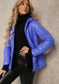 Renee - Niebieska Kurtka Baseros. Okazja: na co dzień. Kolor: niebieski. Materiał: poliester. Długość: krótkie. Wzór: geometria. Styl: elegancki, casual