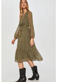 Zielona sukienka Answear Lab z długim rękawem, prosta, midi, w grochy