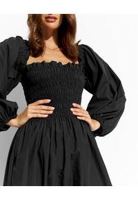 THECADESS - Czarna sukienka midi Mila. Kolor: czarny. Wzór: kolorowy. Typ sukienki: proste, rozkloszowane, dopasowane. Długość: midi