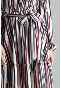 Lenitif - Rozkloszowana kopertowa sukienka midi z falbaną BOHO w paski. Okazja: na imprezę, na randkę. Typ kołnierza: kokarda. Długość rękawa: długi rękaw. Wzór: paski. Typ sukienki: kopertowe. Styl: boho. Długość: midi