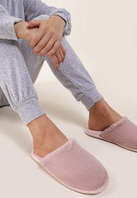 Renee - Ciemnoróżowe Kapcie Irinaith. Nosek buta: okrągły. Zapięcie: bez zapięcia. Kolor: różowy. Materiał: welur, futro. Szerokość cholewki: normalna. Obcas: na płaskiej podeszwie