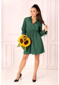 Merribel - Ciemno Zielona Sukienka w Stylu Boho z Kopertowym Dekoltem. Kolor: zielony. Materiał: poliester, elastan. Typ sukienki: kopertowe. Styl: boho