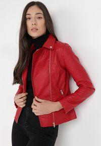 Born2be - Czerwona Ramoneska Acalophai. Kolor: czerwony. Długość rękawa: długi rękaw. Długość: długie. Wzór: aplikacja. Styl: rockowy