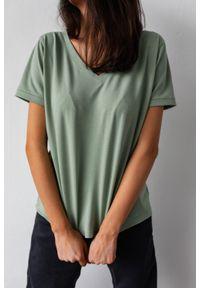 Marsala - T shirt z dekoltem w kształcie V w kolorze GREEN TINT - V NECK BY MARSALA. Typ kołnierza: dekolt w kształcie V. Materiał: elastan, bawełna. Wzór: gładki. Styl: elegancki