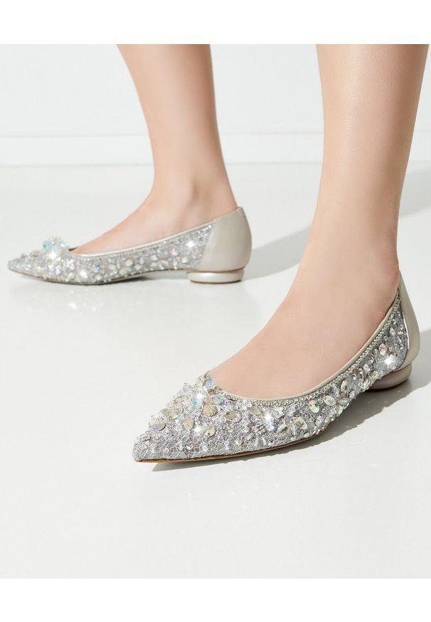 RENE CAOVILLA - Baleriny z kryształkami Cinderella. Nosek buta: okrągły. Kolor: szary. Materiał: koronka. Wzór: koronka, aplikacja. Obcas: na obcasie. Wysokość obcasa: średni