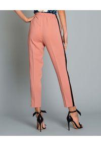 Beatrice B - BEATRICE B - Spodnie z lampasem. Kolor: różowy, wielokolorowy, fioletowy. Styl: elegancki