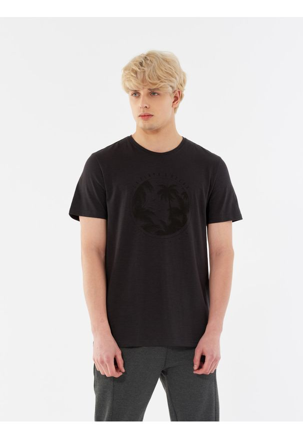 outhorn - T-shirt z nadrukiem męski. Okazja: na plażę. Materiał: bawełna, materiał. Wzór: nadruk