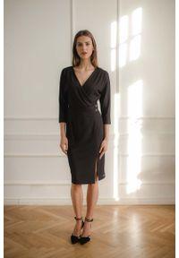 Figl - Czarna Dopasowana Sukienka z Kopertowym Dekoltem. Kolor: czarny. Materiał: wiskoza, poliester, elastan. Typ sukienki: kopertowe