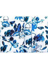 Biała koszula w niebieskie kwiaty Mmer C158. Kolor: niebieski, biały, wielokolorowy. Materiał: bawełna, tkanina, elastan. Długość: długie. Wzór: kwiaty