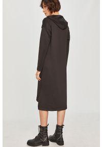 Czarna sukienka Answear Lab wakacyjna, na co dzień, midi, z kapturem