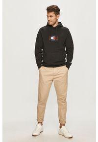 Tommy Jeans - Bluza bawełniana. Okazja: na co dzień. Typ kołnierza: kaptur. Kolor: czarny. Materiał: bawełna. Wzór: aplikacja. Styl: casual
