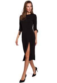 MAKEOVER - Wizytowa Sukienka z Rozcięciem na Boku w Czarnym Kolorze. Kolor: czarny. Materiał: poliester, elastan. Styl: wizytowy
