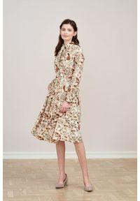 Marie Zélie - Sukienka Leandra Pavo pudrowa. Typ kołnierza: kokarda. Materiał: bawełna, wiskoza, tkanina, materiał. Długość rękawa: długi rękaw