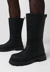 Born2be - Czarne Botki Rhemilia. Wysokość cholewki: przed kolano. Nosek buta: okrągły. Zapięcie: bez zapięcia. Kolor: czarny. Szerokość cholewki: normalna. Wzór: aplikacja. Styl: klasyczny