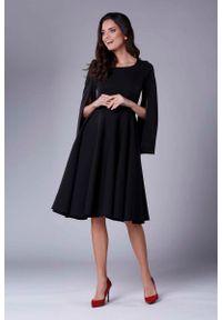 Nommo - Czarna Sukienka Midi z Wirującym Dołem i Rozciętym Rękawem. Kolor: czarny. Materiał: wiskoza, poliester. Długość: midi