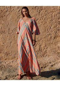 BY CABO - Sukienka z bufiastymi rękawami MONACO CORAL. Typ kołnierza: dekolt w kształcie V. Kolor: pomarańczowy. Materiał: bawełna, len. Wzór: aplikacja. Sezon: wiosna. Długość: maxi