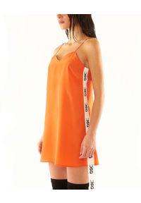 DSG - Pomarańczowa sukienka z logo BABY DOLL. Okazja: na plażę, na imprezę. Typ kołnierza: dekolt w kształcie V. Kolor: pomarańczowy. Długość rękawa: na ramiączkach. Wzór: aplikacja. Długość: mini